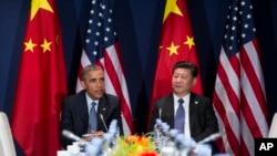 El presidente Barack Obama (izquierda) se reunió con el presidente chino, Xi Jinping, al margen de la cumbre COP21, en Le Bourget, en las afueras de París, el 30 de noviembre de 2015.