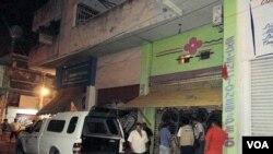 Warga mengerumuni salon tempat para jenazah ditemukan di Acapulco, Meksiko, Sabtu (23/4).