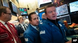 Corredores bursátiles en la sede de la Bolsa de Valores de Nueva York el 19 de diciembre del 2018. (AP Photo/Mark Lennihan)
