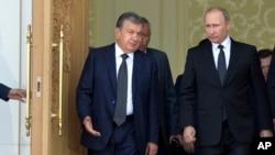 O'zbekiston prezidenti vazifasini bajaruvchi Shavkat Mirziyoyev (chapda) Rossiya rahbari Vladimir Putin bilan, Samarqand, 6-sentabr, 2016-yil.