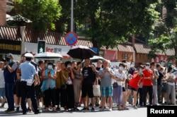 成都民众聚集在美国驻成都总领事馆外观看领馆人员撤离。(2020年7月26日)
