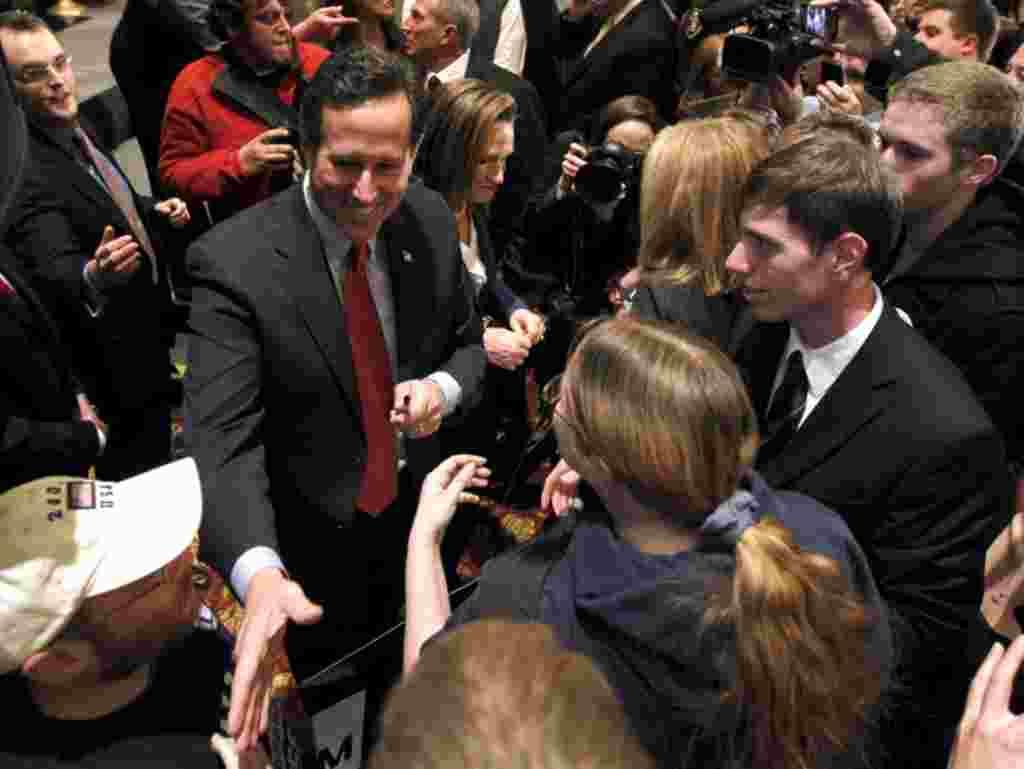 Rick Santorum menyapa para pendukungnya setelah berpidato di St. Charles, Missouri (7/2) (AP).