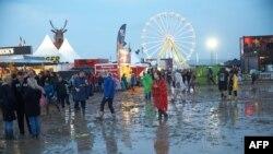 Khán giả dự lễ hội âm nhạc Rock am Ring lội qua bùn sau một trận mưa lớn ở Mendig, ngày 3/6/2016.