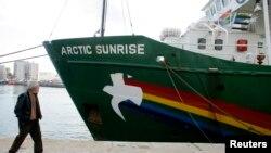 Kapal Greenpeace, 'Arctic Sunrise' disita pihak berwajib Rusia tanggal 18 September lalu (foto: dok).