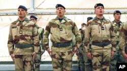 法國士兵星期五在法國南部的一個軍事基地的儀式中高唱國歌。他們即將離境前到馬里。