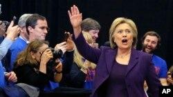 Cựu Ngoại trưởng Hillary Clinton vẫy chào người ủng hộ tại Iowa, ngày 2/2/2016.
