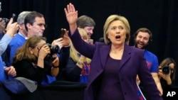 미국 대통령 선거에 출마한 민주당 힐러리 클린턴 후보가 2일 뉴햄프셔주 내슈어의 유세장에 도착했다. 뉴햄프셔주에서는 오는 9일 예비선거 형태의 경선을 치른다.