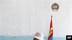 28일 몽골 세르겔렌 지역의 투표소를 찾은 유권자.