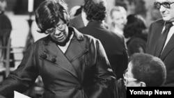 최고의 여성 재즈 가수로 꼽힌 엘라 피츠제럴드(왼쪽). 1974년 뉴욕 공연 당시 모습.