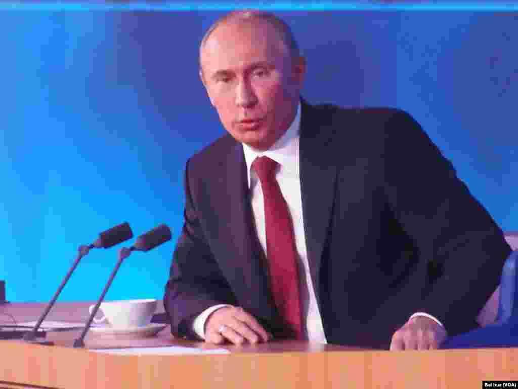 普京在几个月前的新闻发布会上(美国之音白桦拍摄)