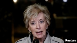 Madam Linda McMahon ki tap pale ak laprès apre l te sot rankontre ak Prezidan-eli ameriken an, Donald Trump, nan Trump Tower, New York, Etazini, 30 novanm 2016. (Foto: REUTERS/Mike Segar)