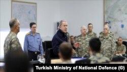 Milli Savunma Bakanı Hulusi Akar operasyon merkezinde