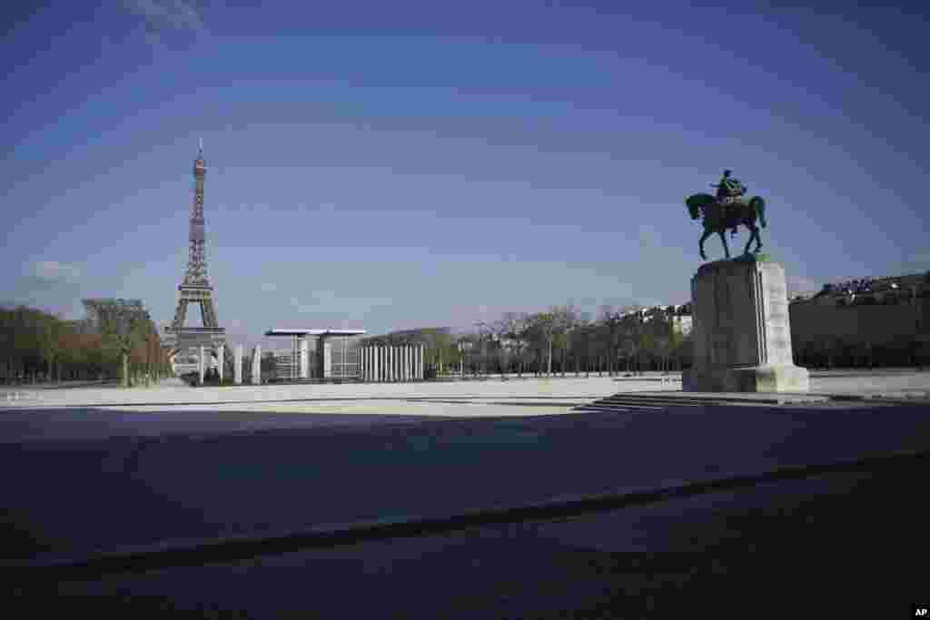 محلههای خالی از گردشگر و عابر در قلب پاریس با نمایی از برج ایفل در سمت چپ عکس. بیش از ۵۰ هزار نفر در فرانسه به کرونا مبتلا شدهاند.