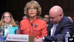 參議院司法委員會的聽證上吉福茲向國會發出槍管呼籲