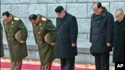 朝鲜新领袖金正恩在金正日追悼大会上默哀