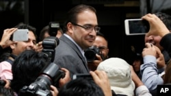 FILE - Veracruz Gov. Javier Duarte arrives to the Attorney General's Office in Mexico City on Aug. 5, 2016. The embattled outgoing governor of an eastern Mexico state faces federal corruption investigations said Oct. 12, 2016, that he will leave office early.