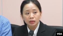 台湾内政部移民署事务组定居科长 黄英贵(美国之音张永泰拍摄)