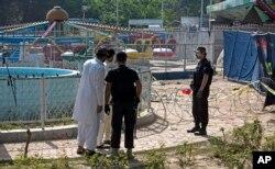 Cảnh sát Pakistan tại nơi xảy ra vụ đánh bom tự sát.