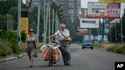 Cư dân dùng xe đạp chở theo đồ đạc rời khỏi Slovyansk, miền đông Ukraine, ngày 9/6/2014.