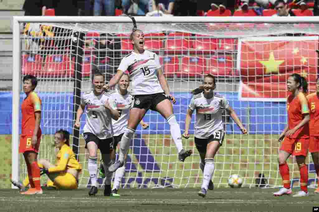 دیدار تیم های چین و آلمان در مسابقات جام جهانی فوتبال زنان در فرانسه و شادی جولیا گوین، بازیکن آلمان پس از به ثمر رساندن گل