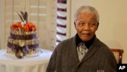 Nelson Mandela diperbolehkan keluar dari rumah sakit setelah kondisinya membaik, Sabtu (6/4).