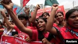 参加罢工的成衣工人和活动人士在达卡的集会上高喊口号 (资料照片)