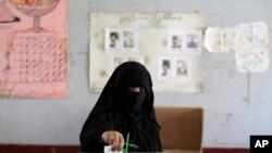 一名也門婦女選民2月21日到投票站投票