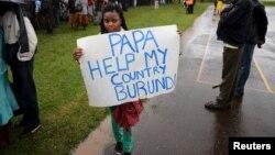 """Une femme porte une pancarte """"Papa, aide mon pays le Burundi"""" avant une messe a Nairobi du Pape Francois au Kenya. Nov 26, 2015. REUTERS/Goran Tomasevic - RTX1VX5V"""