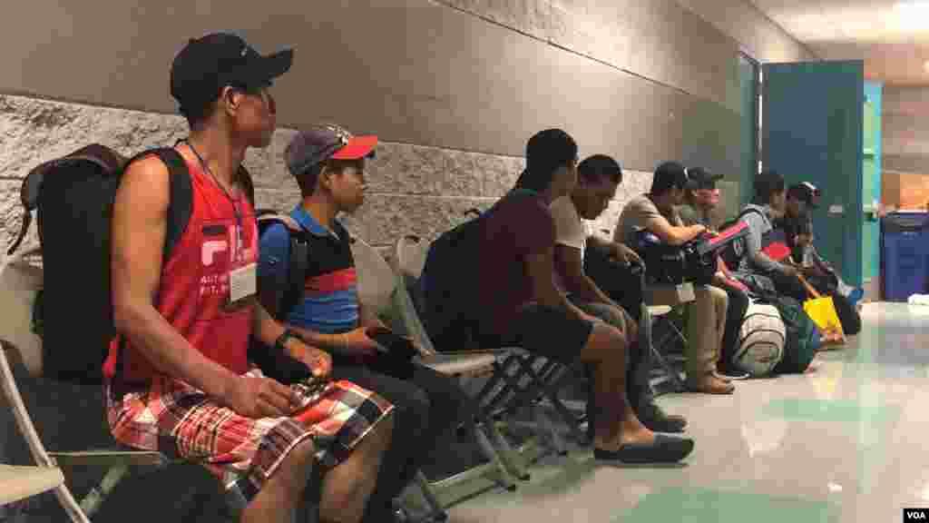 Entrada, recepción y proceso que se da en la primera hora de llegada al refugio de paso establecido para migrantes con niños en Tucson, Arizona.