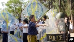 """Police try to confiscate kites from protestors during a kite flying titled """"Kite for Freedom of Expression"""" in a park near the National Assembly in Phnom Penh, file photo."""