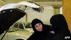 Suudi kadınların otomobil kullanmaları yasak ama satmaları serbest