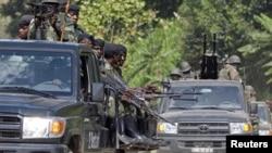 Government soldiers heading to strike rebel-held positions near Rutshuru, DRC, May 20, 2012.