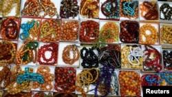 Beragam manik-manik di sebuah toko di Pasar Haraj, Baghdad, Iraq. (Foto:dok)