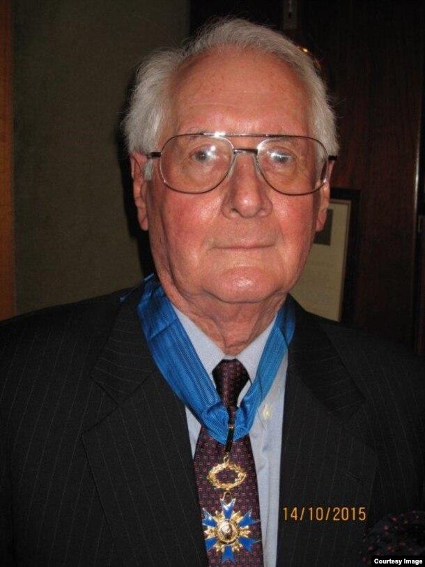 ប្រវត្តិវិទូ Milton Osborne ទទួលបានមេដាយកិត្តិយសថ្នាក់ជាតិឈ្មោះ Commander of the National Order of Merit ពីរដ្ឋាភិបាលបារាំង សម្រាប់ការនិពន្ធរបស់លោកអំពីប្រទេសបារាំងនៅក្នុងតំបន់អាស៊ី កាលពីខែតុលា ឆ្នាំ២០១៥។ (រូបថតផ្តល់ឲ្យ)