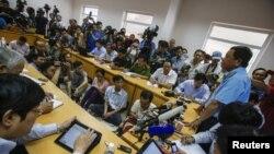 Một cuộc họp báo về vụ mất tích của máy bay Malaysia tại Việt Nam. Theo Bộ Thông tin và Truyền thông, Việt Nam hiện có hơn 800 cơ quan báo chí và hơn 17.000 phóng viên được cấp thẻ.