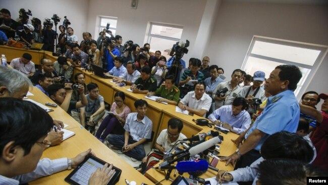 phóng viên Việt Nam và quốc tế tác nghiệp tại một cuộc họp báo (ảnh tư liệu, 3/2014, Phú Quốc)