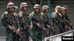 Những người chỉ trích bản hiến pháp tạm thời ở Thái Lan đã tỏ ra thầm lặng một cách dễ hiểu, bởi vì quân đội có quyền triệu tập bất cứ ai đưa ra các lời bình luận bị cho là mang tính chính trị hoặc có thể gây bạo động.