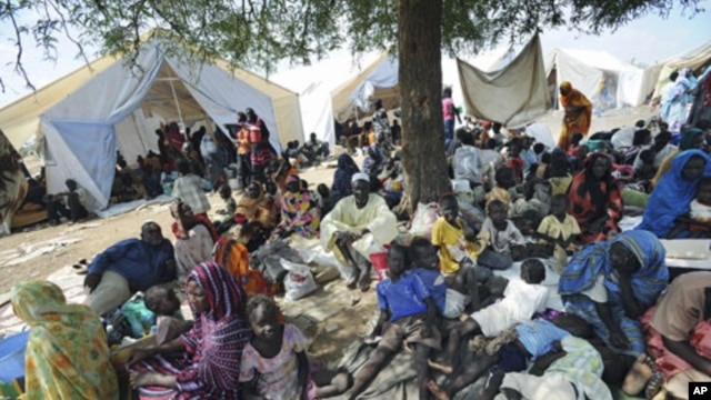 Residents gather outside United Nations Mission in Sudan sector headquarters, where as many as 40,000 people have fled fighting in the region, in Kadugli town, capital city of South Kurdufan State, Sudan, June 9, 2011 (file photo)