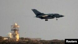 영국 공군 소속 토네이도 전투기가 28일 이라크 임무를 마치고 키프로스 아크로티리 공항으로 귀환하고 있다. 전투기들이 공습에 참가했는지 정찰 임무를 수행했는지는 즉각 알려지지 않았다.