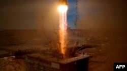Phi thuyền không gian loại Soyuz chở ông Fyodor Yurchikhin và ông Jack David Fischer.
