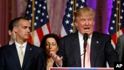 Le directeur de campagne de Donald Trump Corey Lewandowski, derrière le candidat, le 15 mars 2016 lors d'un discours en Floride.