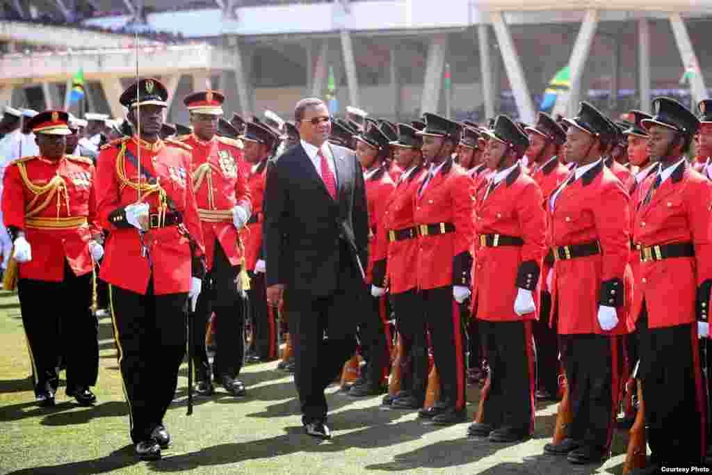 Rais Jakaya Kikwete wa Tanzania akagua gwaride la jeshi kwwnye uwanja wa Uhuru, April 26 2014
