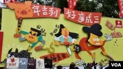 社民連年宵攤位由政治漫畫家尊子繪畫的大型漫畫主題佈景。(美國之音湯惠芸)
