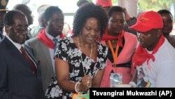 UMongameli Mugabe esika ikhekhe lelanga lokuzalwa kwakhe nyekenye.