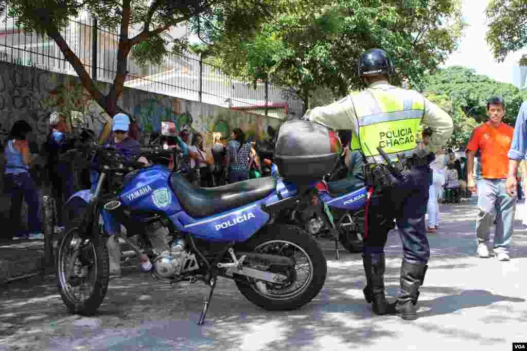 La policía también vela por la seguridad de los votantes en los diferentes centros electorales de Caracas. [Foto: Iscar Blanco, VOA]