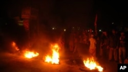 سلمان تاثیر کے قتل پر ملتان میں مظاہرین ٹائرز جلاکر اپنے غم و غصہ کا اظہار کررہے ہیں۔