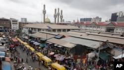 Les Nigerians se promènent au marché de Lagos, Nigeria, le 20 juin 2016.