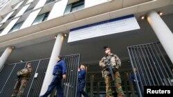军人持枪守卫在布鲁塞尔一处法庭外,巴黎袭击事件的嫌疑人预计将在这里接受讯问。(2015年11月16日)