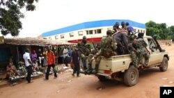 Des miliciens de l'ex-Séléka en patrouille à Bangui (mars 2013)