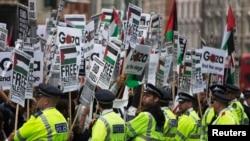 11일 영국 런던에서 이스라엘의 가자지구 폭격을 중단하는 시위가 열린 가운데, 경찰이 시위대를 진압하고 있다.